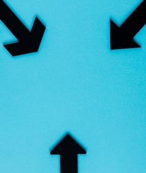 Bovenaanzicht zwarte pijlen op blauwe achtergrond met kopie-ruimte