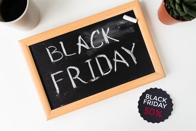 Bovenaanzicht zwarte vrijdag geschreven op blackboard