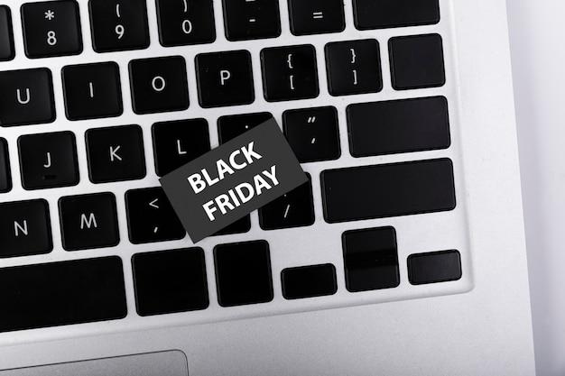 Bovenaanzicht zwarte vrijdag sticker op toetsenbord