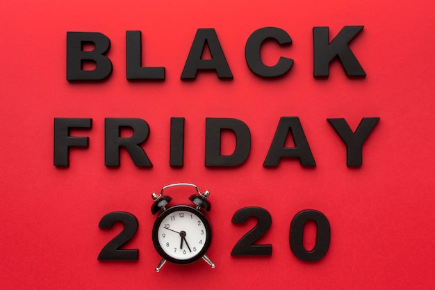 Bovenaanzicht zwarte vrijdag verkoopassortiment op rode achtergrond