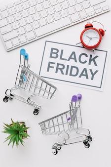 Bovenaanzicht zwarte vrijdag winkelwagentjes en toetsenbord