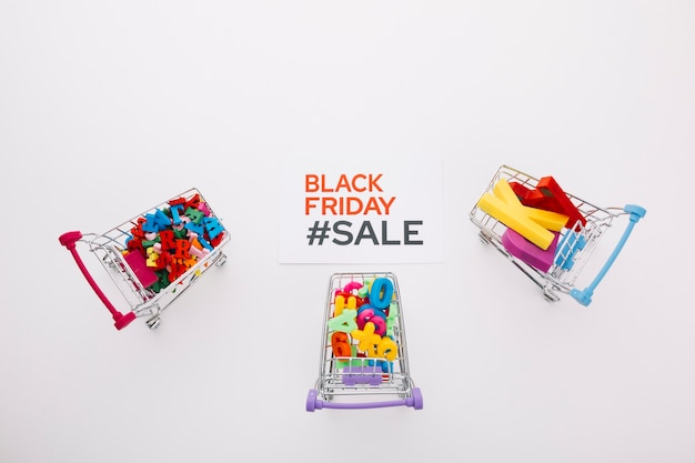Bovenaanzicht zwarte vrijdag winkelwagentjes met letters