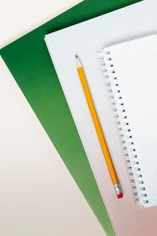 Bovenaanzichtboeken met een potlood