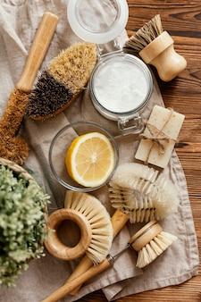 Bovenaanzichtborstels en citroenarrangement