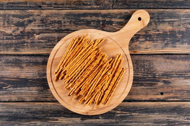 Bovenaanzichtcrackers met snijplank op bruine houten horizontale 1