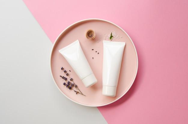 Bovenaanzichtdecoratie met crèmeflessen en bord