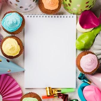 Bovenaanzichtdecoratie met notitieboekje en muffins
