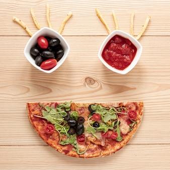 Bovenaanzichtdecoratie met pizza en saus