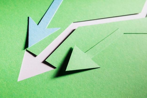 Bovenaanzichtpijlen die de economiecrisis aantasten