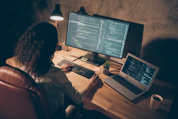 Bovenkant boven hoge hoekfoto van gefocust afro-amerikaans meisje zit bureau tafel gebruik computer