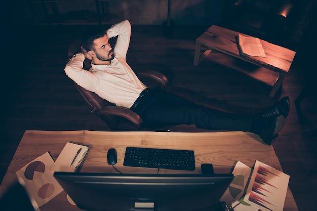 Bovenkant boven hoge hoekfoto van zakenman zit stoelrust