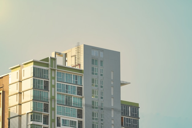 Bovenkant van flatgebouw met koopflats of toren op hemelachtergrond