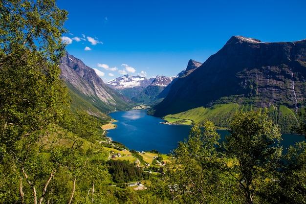 Bovenop de top van de berg met een fantastisch uitzicht op de sunnmore alpen in noorwegen