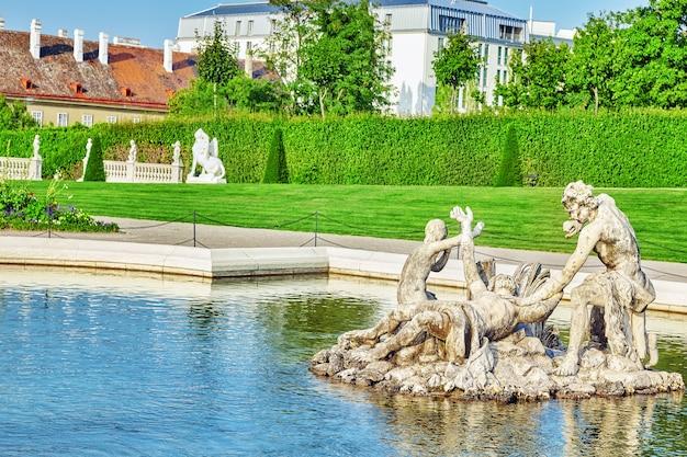Bovenste belvedere.mooie fonteinen in complexe belvedere.vienna. oostenrijk. focus op de voorgrond.