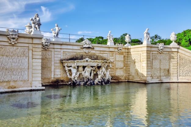 Bovenste belvedere.mooie fonteinen in complexe belvedere.vienna. oostenrijk.