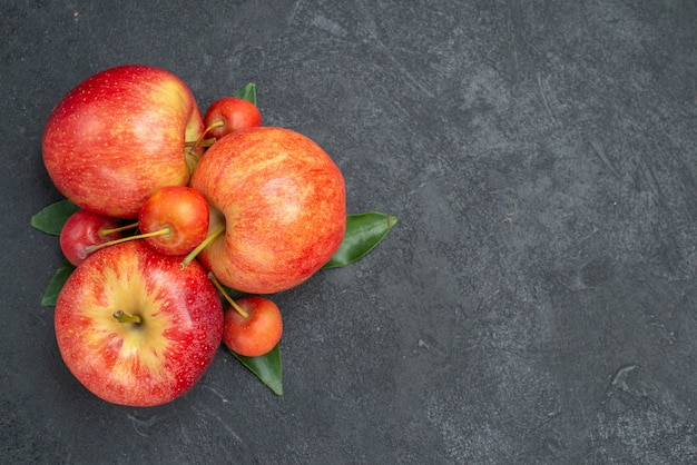 Bovenste close-up fruit, appels en bessen met bladeren
