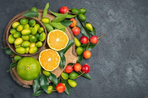 Bovenste close-up fruit de snijplank met citrusvruchten met bladeren