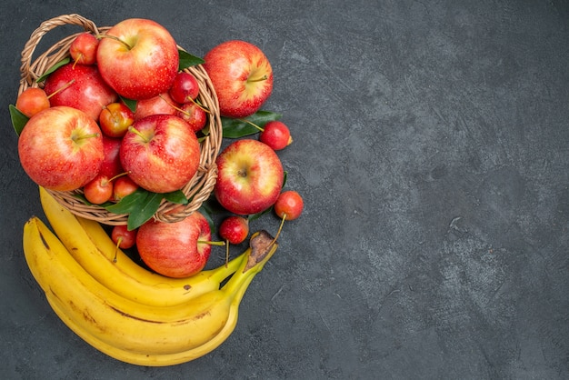 Bovenste close-up fruit, kersen en appels in de mand