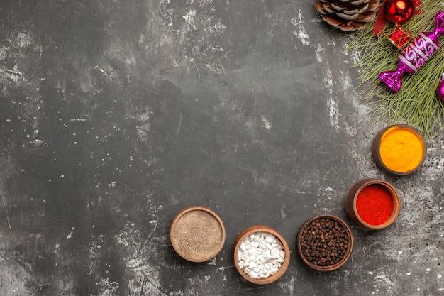 Bovenste close-up weergave kruiden kommen met kruiden kerstboom speelgoed