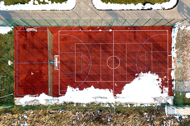 Bovenste grafische weergave van basketbal, volleybal of voetbalveld veld rood, drone fotografie.