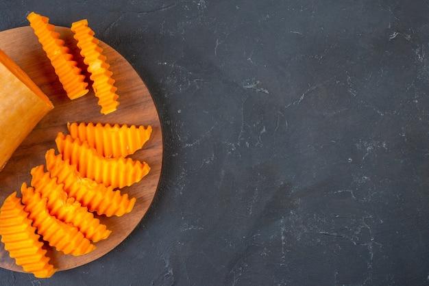 Bovenste helft weergave butternut squash plakjes op houten bord op tafel