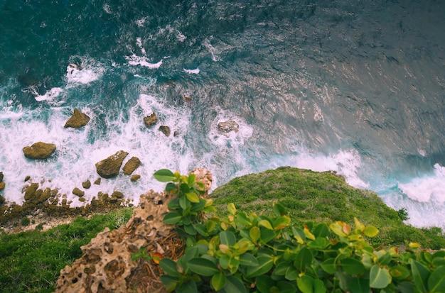 Bovenste luchtfoto van het strand in bali, indonesië