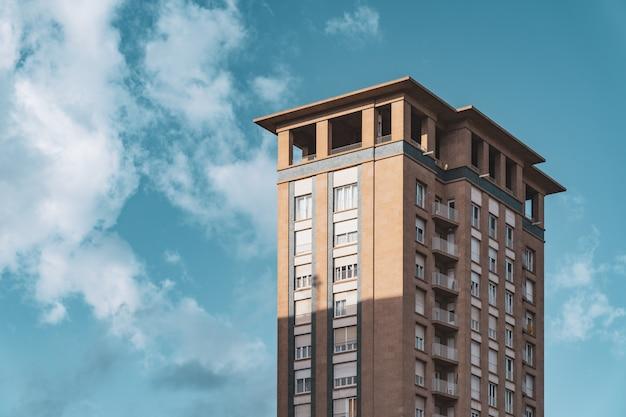 Bovenste verdiepingen en observatiedek van een vintage woonwolkenkrabber