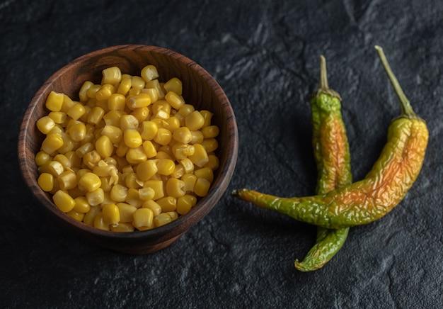 Bowl ingeblikte zoete likdoorns en paprika's