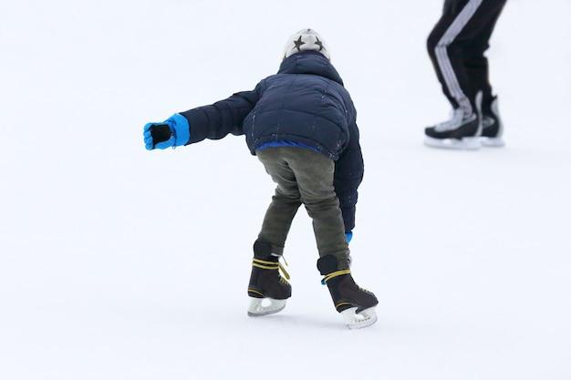 Bowl skate tiener op de ijsbaan