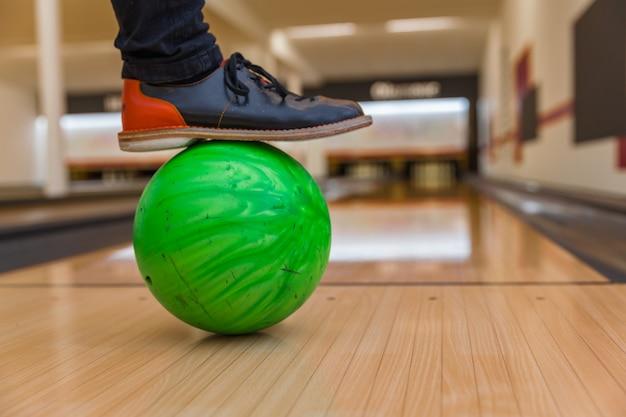 Bowling schoenen en bal voor bowlen spel, klaar om te spelen