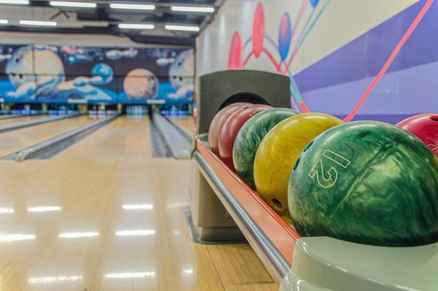 Bowlingballen tegen lege banen in de bowlingbaan