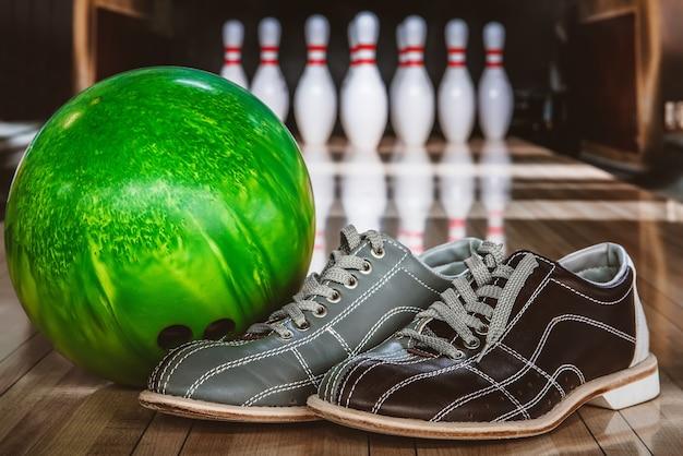 Bowlingkegels, ballen en schoenen