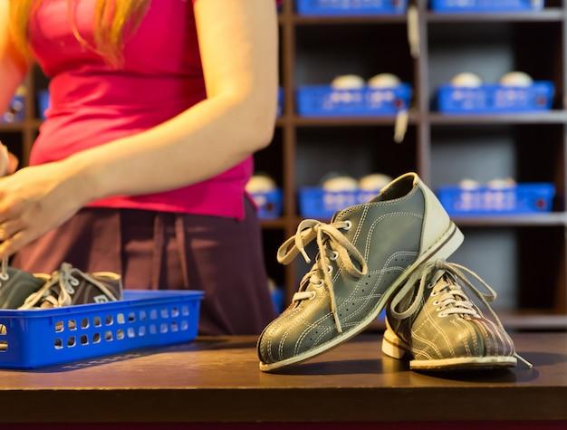 Bowlingschoenen en kegels