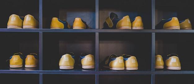 Bowlingschoenen op een plank
