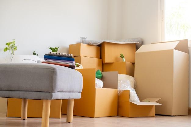 Box voor persoonlijke bezittingen en meubels. verhuisdozen in een nieuw huis