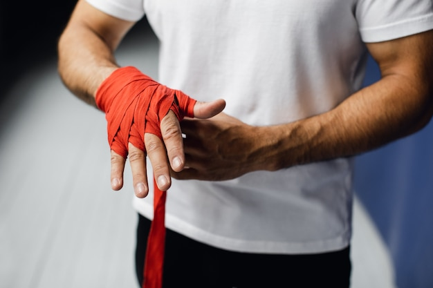 Boxer bereidt zich voor op een gevecht. jonge bokser in wit t-shirt. hoge kwaliteit foto