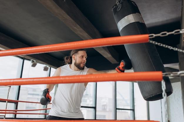 Boxer in de ring, oefen de techniek van stakingen, rack, verdediging en uithoudingsvermogen, nat op de training