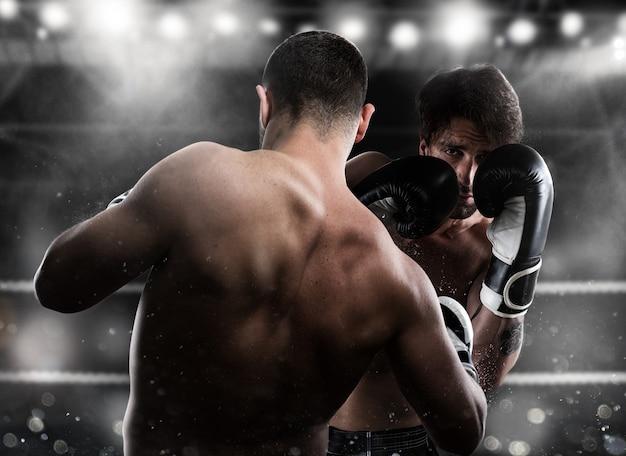 Boxer in een boxcompetitie verslaat zijn tegenstander met een klap