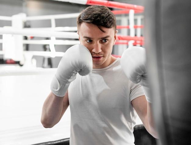 Boxer man op training