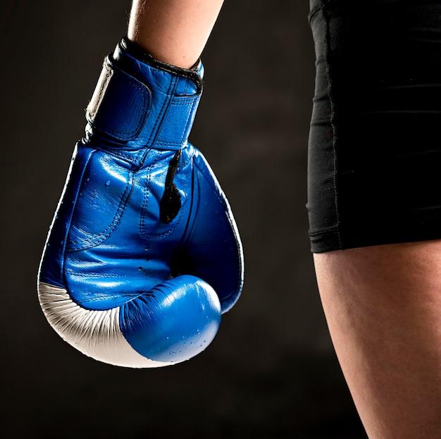 Boxer met beschermende handschoen bij de hand