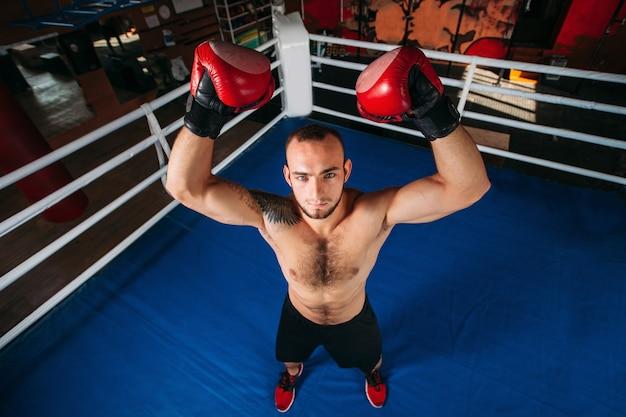 Boxer met een boos gezicht heeft een hand opgestoken.