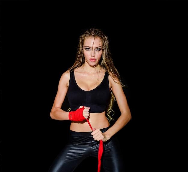 Boxer mma vrouwelijke vechter sport boksen en fitness concept sportieve sexy meisje in bokshandschoenen boxer
