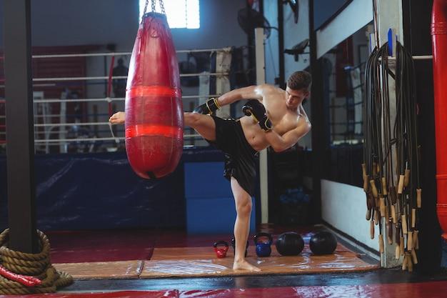 Boxer oefenen boksen met bokszak