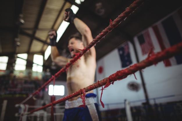 Boxer poseren na de overwinning