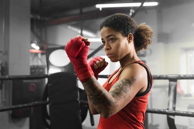Boxer vrouw training voor een wedstrijd