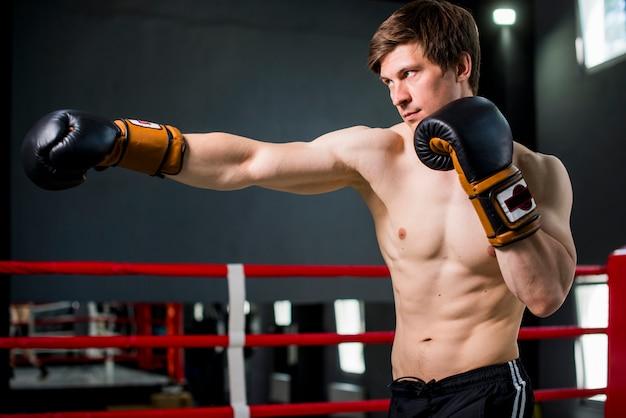 Boxerjongen het stellen bij de gymnastiek