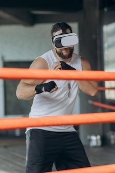 Boxermens die met vrglazen in gesimuleerde virtuele werkelijkheid vechten