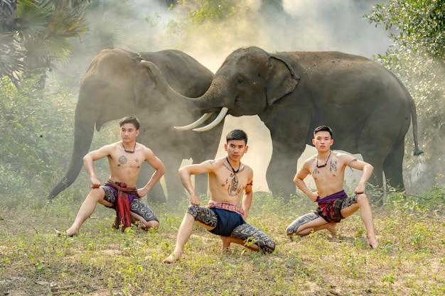 Boxers doen alsof ze het oude boksen met de olifanten dansen.