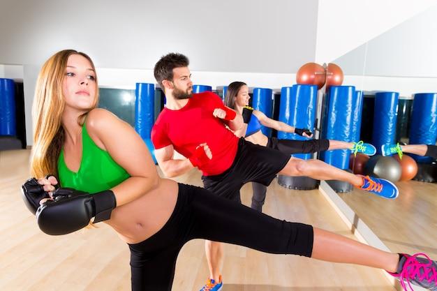 Boxing aerobox groep lage kick training op de sportschool