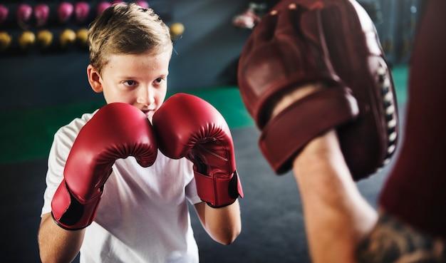 Boy training boksen oefening bewegingsconcept